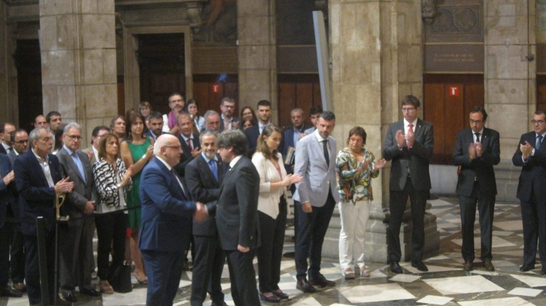 Puigdemont despide a Baiget tras su cese como conseller, en julio de 2017.