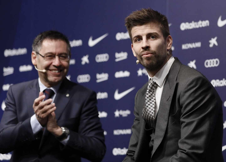 Gerard Piqué, junto al presidente del FC Barcelona Josep Maria Bartomeu, durante el acto de su renovación.