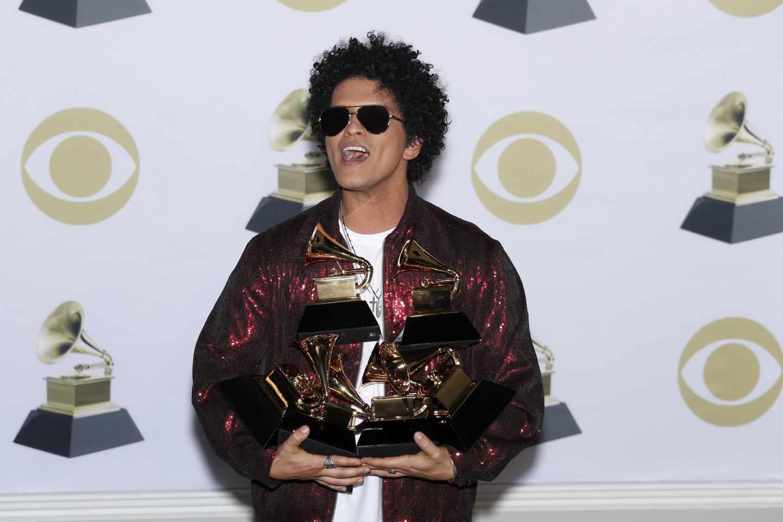 Bruno Mars posa con sus seis Grammys.