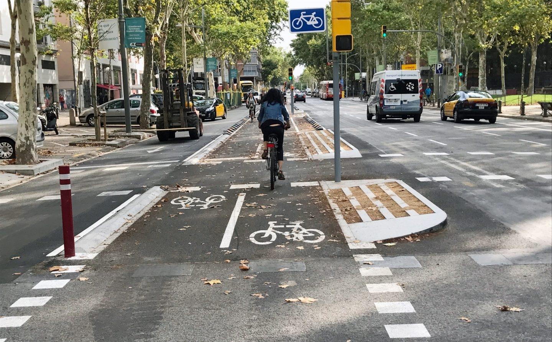 Carril bici de Barcelona. Si una de cada cuatro personas viajara en bici se podrian evitar 10000 muertes prematuras en Europa.