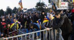 Manifestantes derriban las vallas de seguridad que rodean el Parlament.