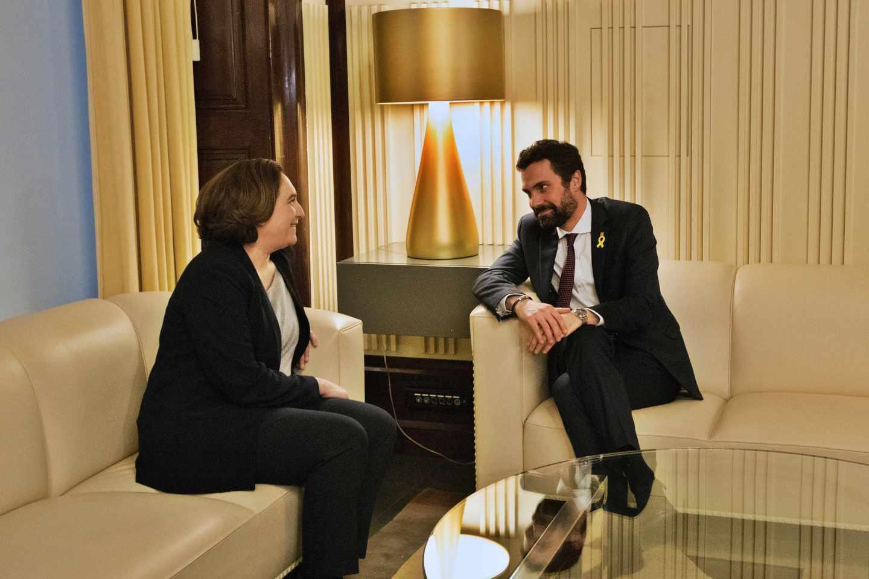 Ada Colau, durante su reunión con Roger Torrent.