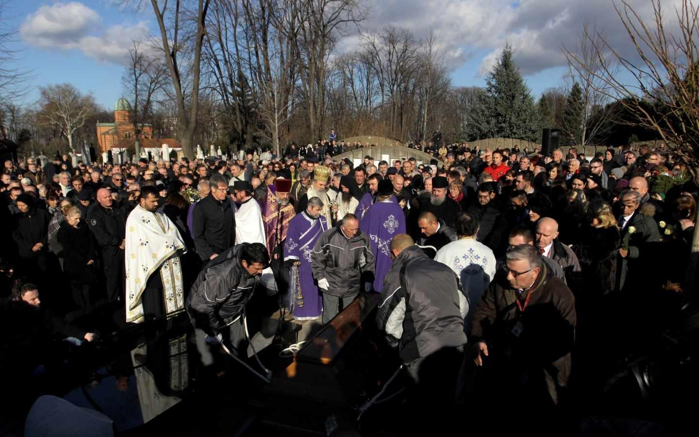Cientos de personas acuden este jueves al entierro de Oliver Ivanovic, en Belgrado.