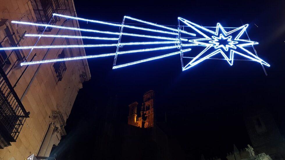 Decoración de la Estrella de Belén frente a la catedral de Plasencia