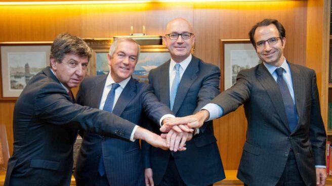 Gabriel Alonso, Joaquín Arenas, Jesús Nuño de la Rosa, y Olaf Díaz-Pintado, tras la firma del acuerdo de financiación de El Corte Inglés.