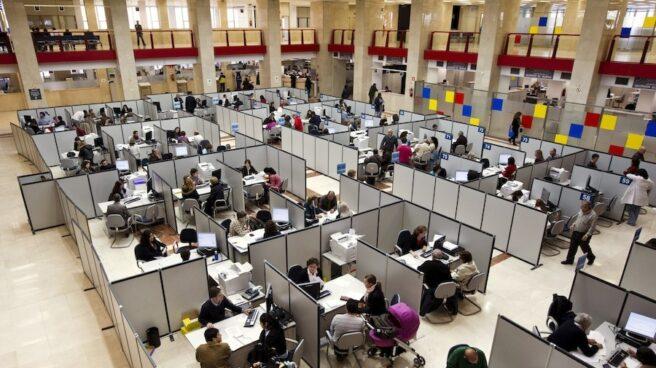 Empleados públicos en una oficina de la Agencia Tributaria.