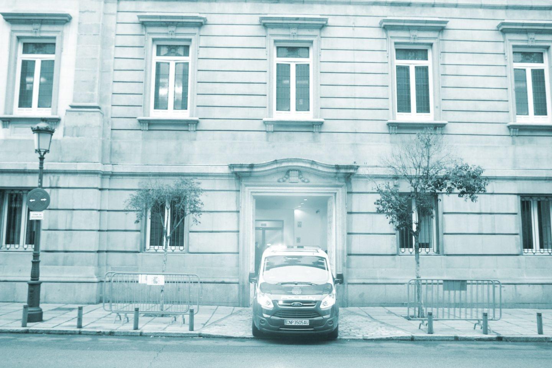 El furgón policial que ha trasladado a Oriol Junqueras entra en el Tribunal Supremo.