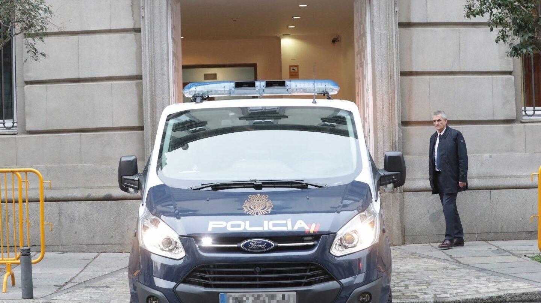 El furgón policial que ha trasladado al ex vicepresidente catalán Oriol Junqueras desde los calabozos de la Audiencia Nacional, entra en el Tribunal Supremo.