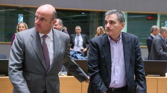 El ministro español de Economía, Luís de Guindos (i) y su homólogo griego Euclid Tsakalotos, antes del inicio de la reunión del Eurogrupo en Bruselas (Bélgica) hoy, 22 de enero de 2018