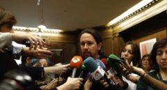 El líder de Podemos, Pablo Iglesiasa, atiende a periodistas en el Congreso de los Diputados.
