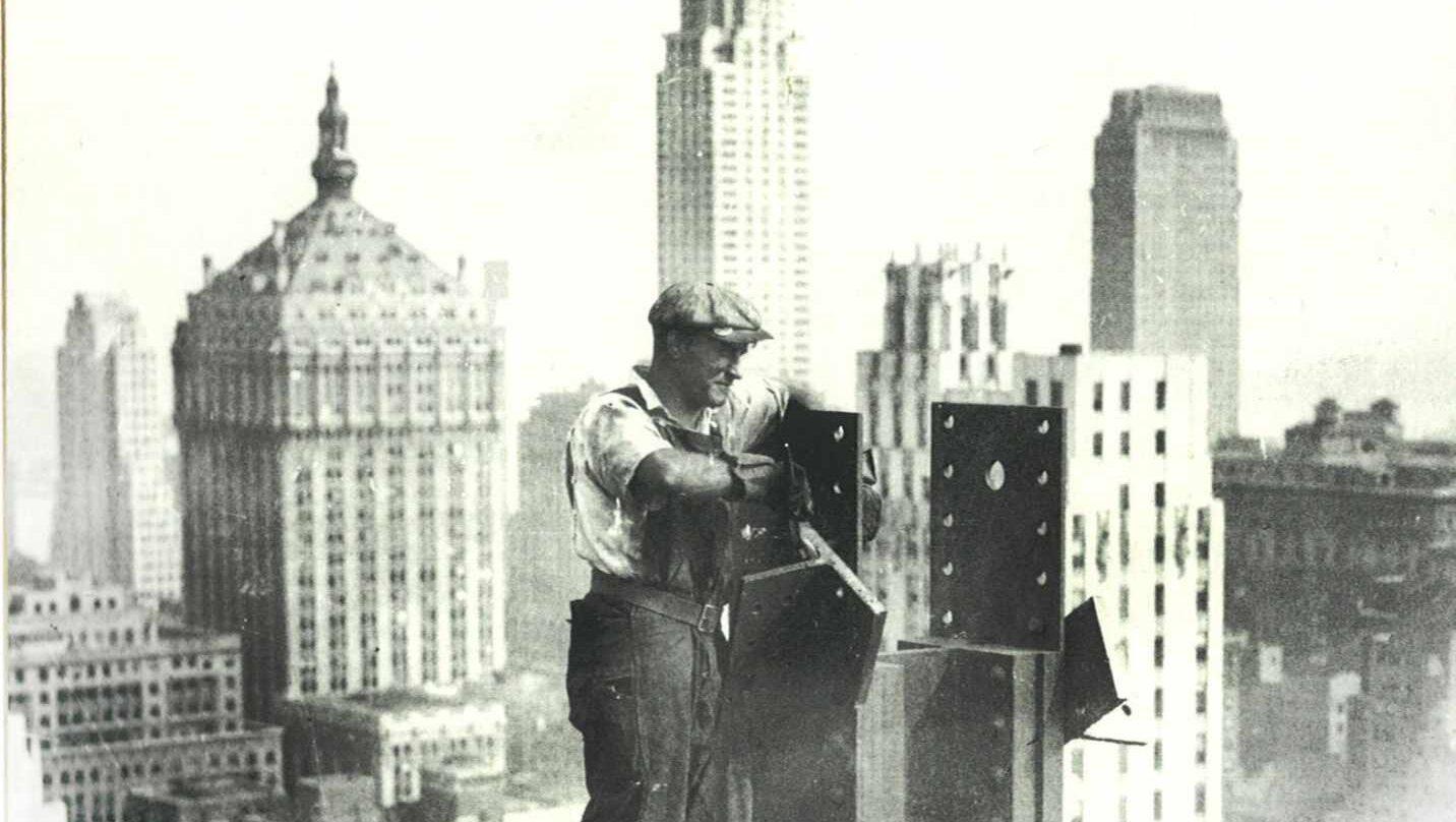 Un Ironworker en lo alto de un edificio de Nueva York