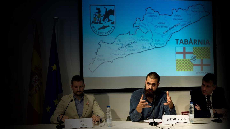"""Los portavoces de """"Tabarnia"""" Jaume Vives (c) , Joan López (d) y Miguel Martínez (i)."""