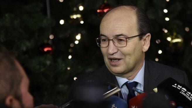 José Castro, presidente del Sevilla FC, atendiendo a los periodistas.