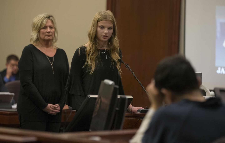 El ex doctor del equipo olímpico de gimnasia de los Estados Unidos, Larry Nassar, escucha el testimonio de una de sus víctimas durante el juicio.