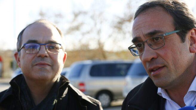 Los exconsellers Jordi Turull (i) y Josep Rull atienden a la prensa a su llegada a la cárcel de Soto del Real.
