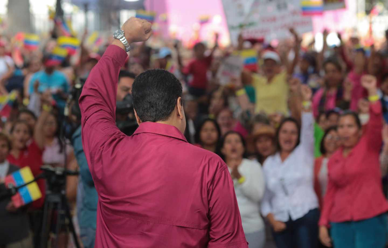 Maduro con el puño en alto ante decenas de seguidores.