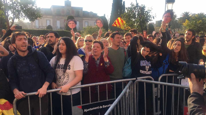 Miles de manifestantes se concentran a las puertas del Parlament de Cataluña.