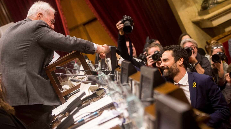 Ernest Maragall felicita a Roger Torrent por su elección como presidente del Parlament.