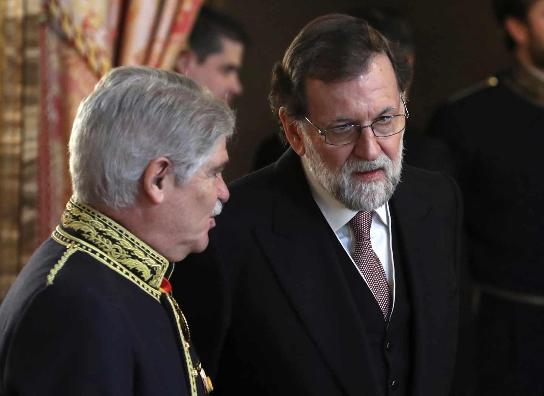 El presidente del Gobierno, Mariano Rajoy, conversa con el ministro de Exteriores, Alfonso Dastis.