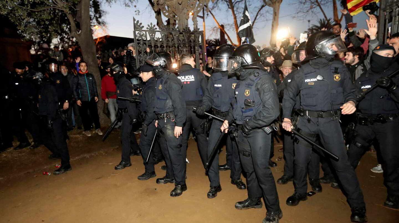 Agentes antidisturbios de los Mossos d'Esquadra, preparados para actuar frente al Parlament de Cataluña.