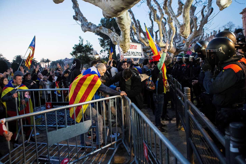 Manifestantes tratan de deshacer el cordón de seguridad establecido por los Mossos alrededor del Parlament.