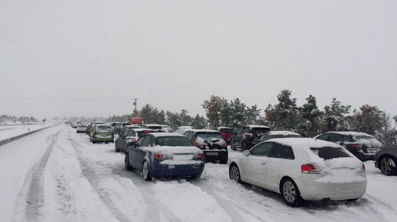Mega atasco en la AP6: coches atrapados durante horas.