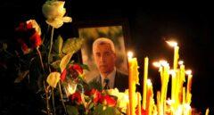 Ciudadanos serbios colocan velas y flores en la capilla ardiente de Oliver Ivanovic, asesinado el martes en Kosovo.
