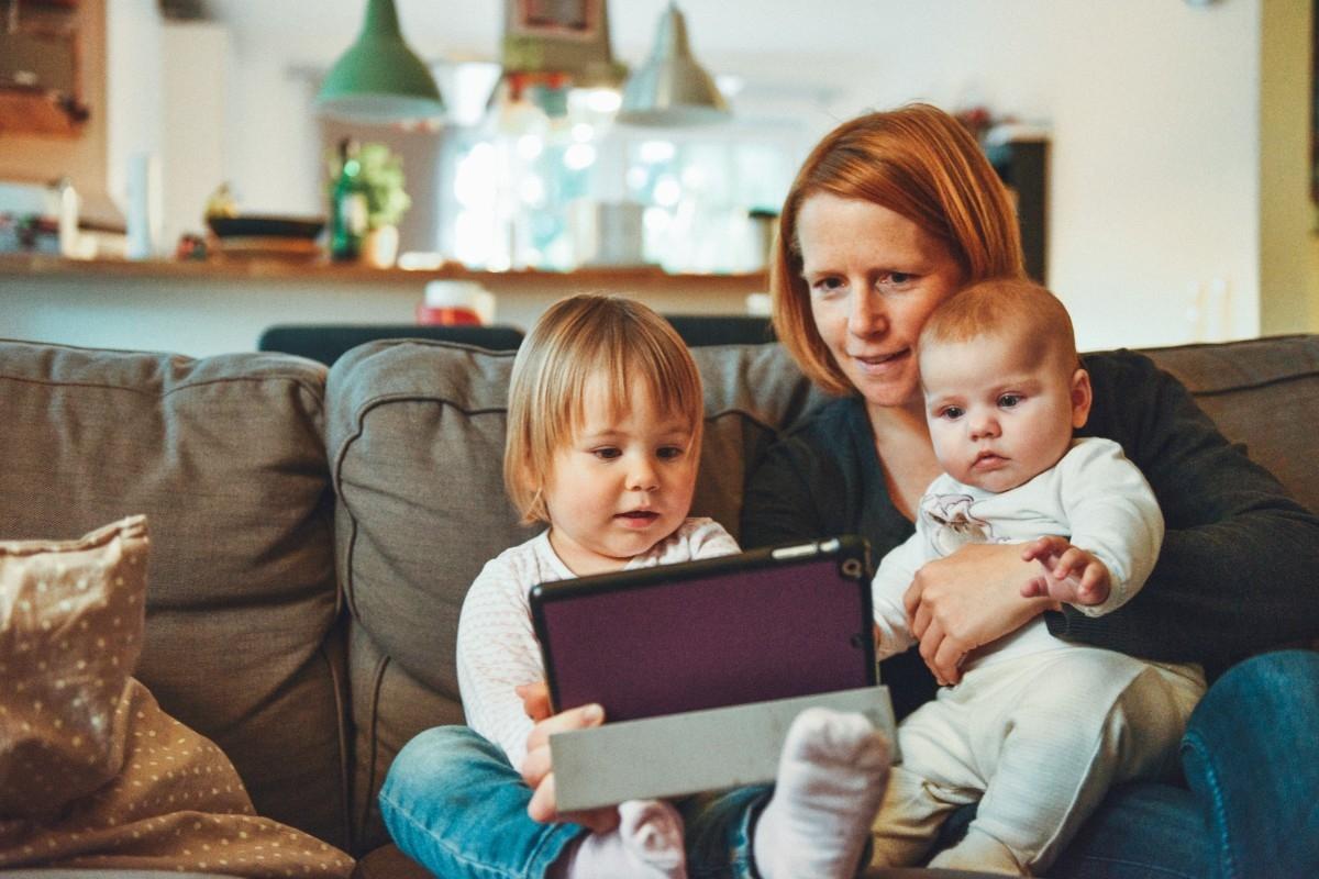 Los 'millennials' ya han sido padres: son los 'parennials' y su principal herramienta para gestionar a sus hijos es su móvil.