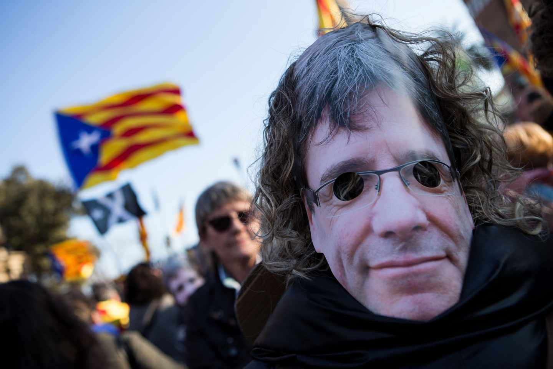 Una manifestante, con careta de Carles Puigdemont, en la concentración convocada a las puertas del Parlament.