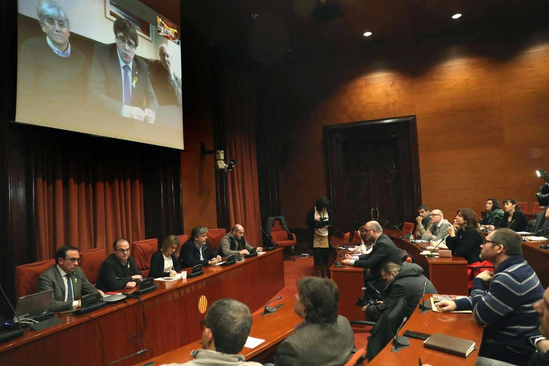 Puigdemont participa vía telemática en una conferencia con sus diputados.