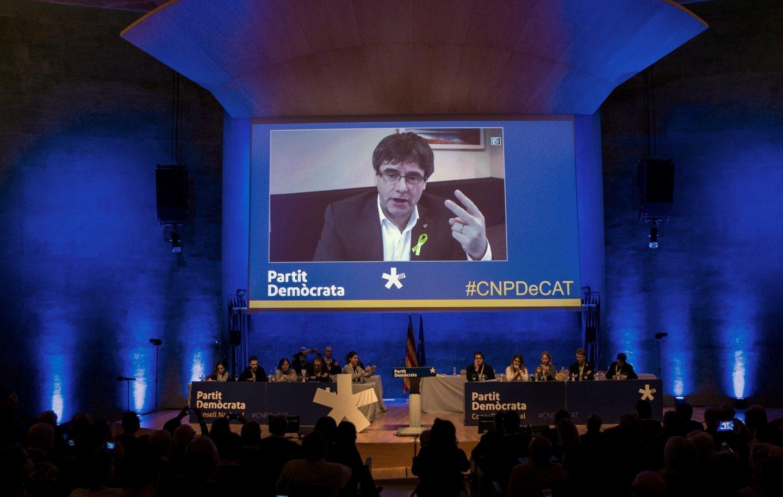 Carles Puigdemont (c), interviene durante el consell nacional del partido en plena polémica por su investidura a distancia.