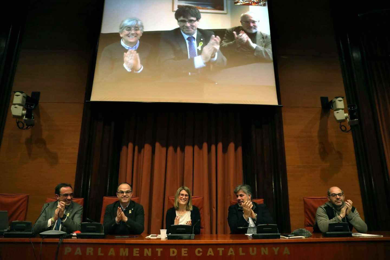 Los diputados electos Carles Puigdemont (c), Clara Pontasí (i) y Lluís Puig (d), participaron telemáticamente desde Bruselas en una reunión.