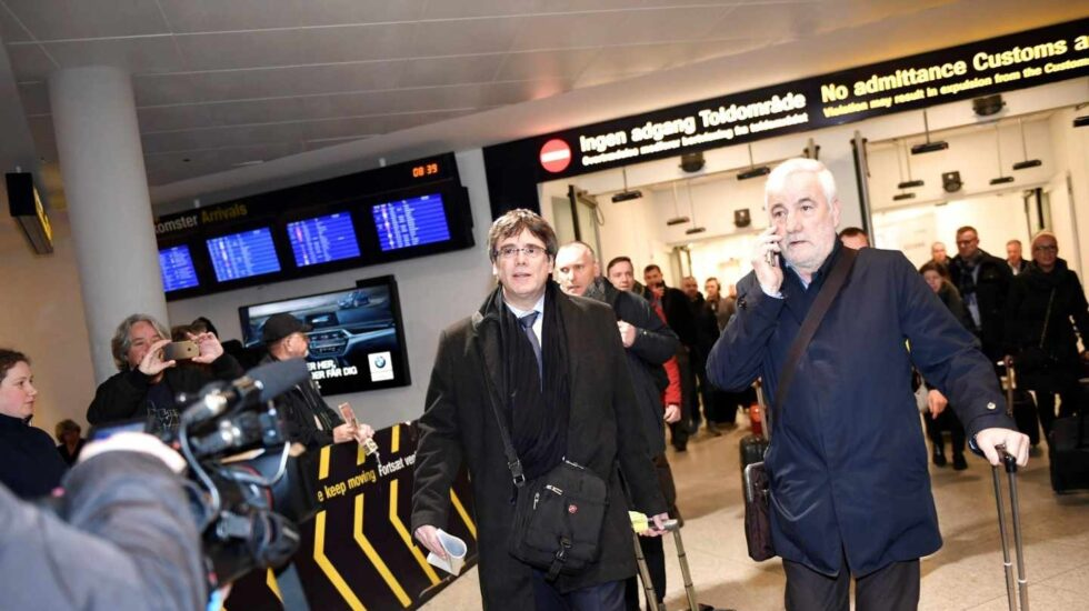 Carles Puigdemont, y Josep María Matamala, a su llegada al aeropuerto de Copenhague.