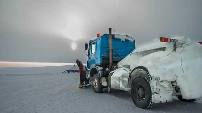 Máquina quitanieves cubierta de hielo