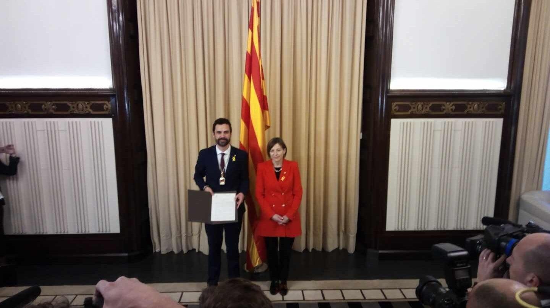 El recién elegido presidente del Parlament Roger Torrent junto a su antecesora Carme Forcadell.