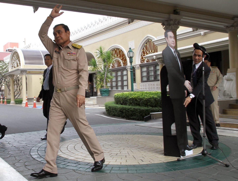 Prayut Chan-o-cha, primer ministro de Tailandia, planta a la prensa con un doble de cartón.