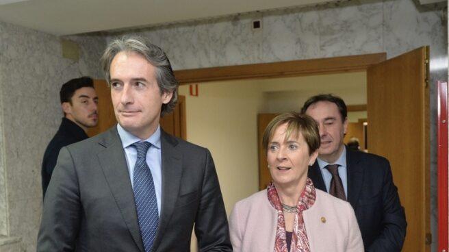 La consejera vasca de Infraestructuras, Arantza Tapia, junto al Ministro de Fomento, Iñigo De la Serna,