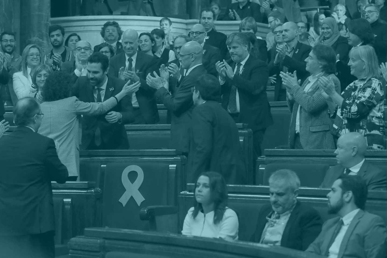 El nuevo presidente del Parlament, Roger Torrent, recibe la felicitación de sus compañeros.