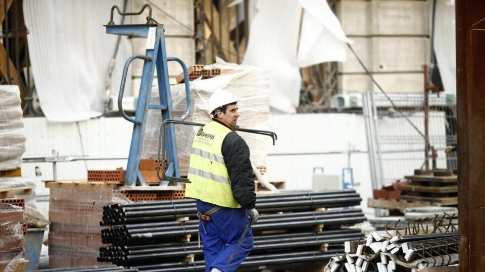 Un trabajador del sector de la construcción en una obra.