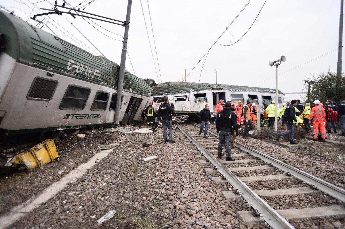 El tren descarrilado al norte de Milán.