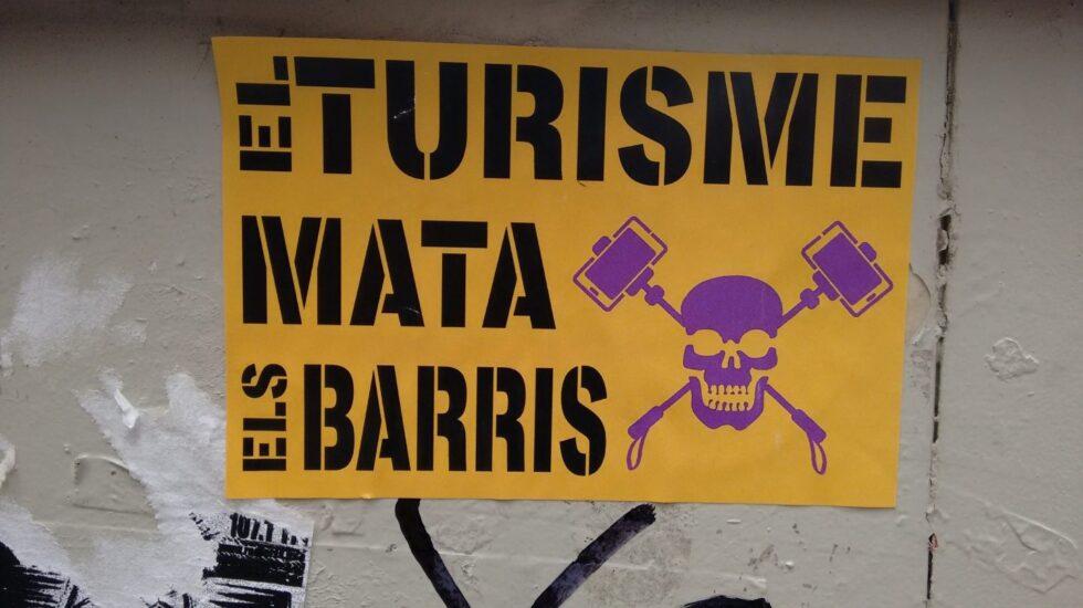 Una pegatina contra el turismo en el barrio de Gracia de Barcelona.
