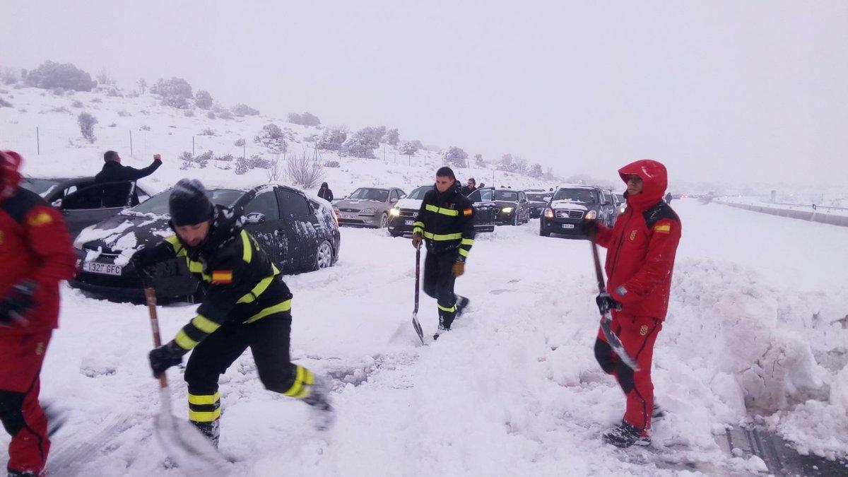 Miembros de la UME, durante las labores de rescate en la AP-6.