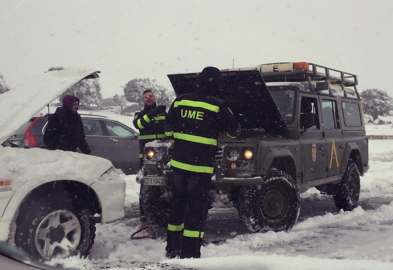 La UME asistiendo a los coches atrapados en la AP-6.