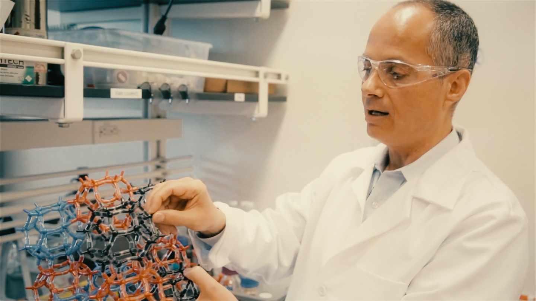 El químico Omar Yaghi muerta un modelo molecular de sus MOV