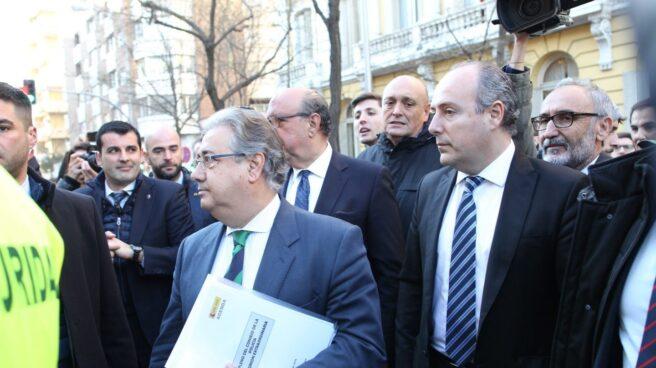 El ministro del Interior, Juan Ignacio Zoido, se acerca a los manifestantes para la equiparación salarial de la Policía.