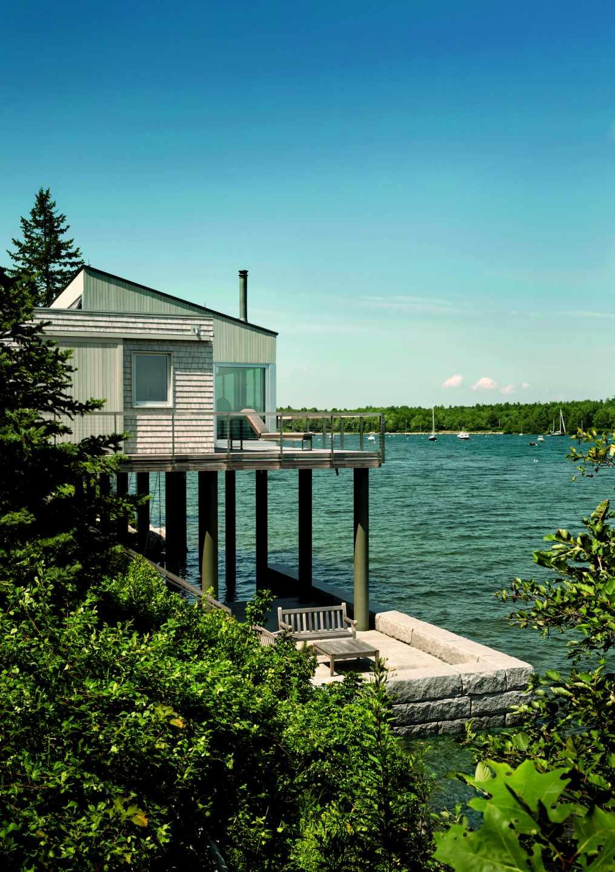 Una serie de pilares de madera mantienen esta casa sobre la bahía y la protegen de las mareas. Foto: Trent Bel