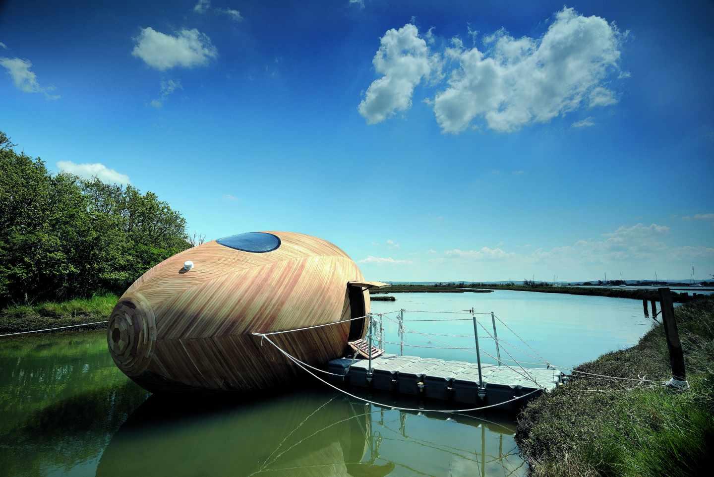 Esta casa flotante de madera tiene su inspiración en los nidos de las aves marinas y está diseñada para tener el menor impacto medioambiental. Foto: Nigel Rigden