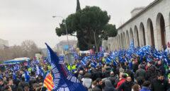 Miles de policías locales se manifiestan ante Empleo para acelerar la aprobación de la jubilación antes de los 60 años para el colectivo.