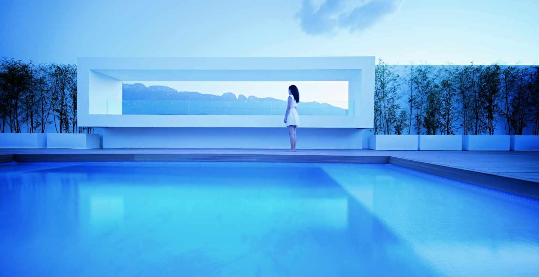 La piscina de esta casa está ubicada en la azotea, a través de un gran vano se pude contemplar la ciudad. Foto: Javier Callejas.