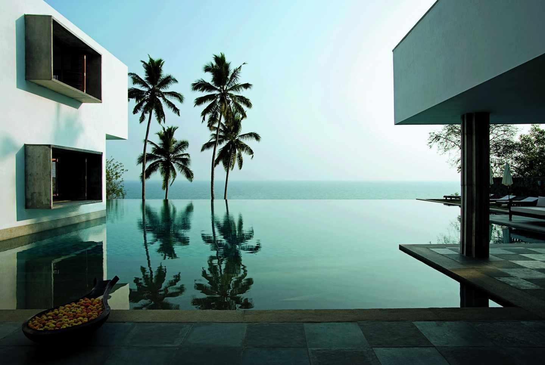 De estética limpia y minimalista esta casa gira en torno a la piscina que refleja y sumerge todos los ángulos de la casa.